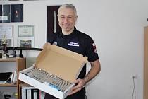 Ředitel Městské policie Aleš Pilař ukazuje nově zakoupené testery na drogy