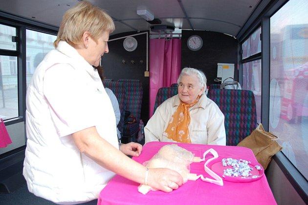 Do Rožnova pod Radhoštěm dorazil ve čtvrtek růžový autobus společnosti Avon. Kampaň nazvaná Růžová jízda ma za cíl upozornit na důležitost prevence rakoviny prsu