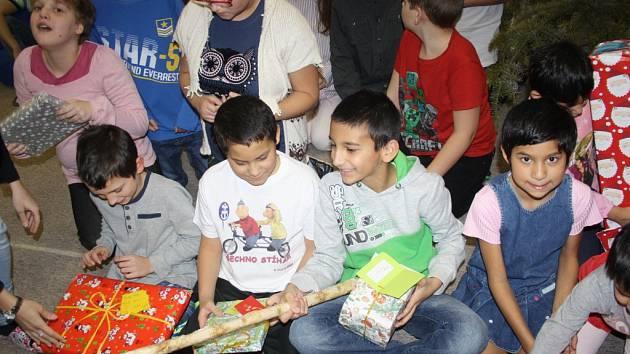 Děti v dětském domově v Liptále rozbalily přes stovku dárků.