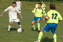 V utkání 1. B třídy Poličná (bílé dresy) – Kelč se prosadil hostující favorit a vyhrál v Poličné 2:1.