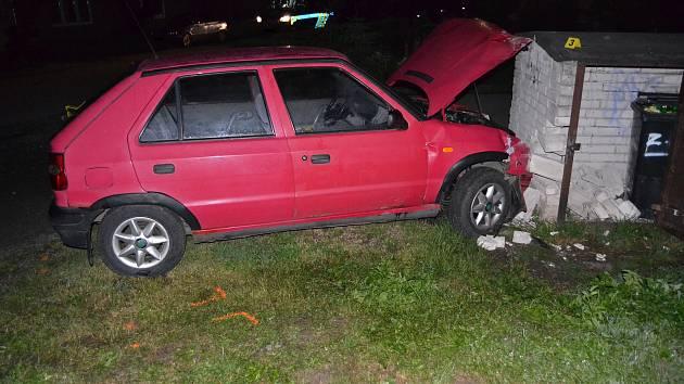 Devatenáctiletý řidič Škody Felicie, který usedl za volant s téměř dvěma promile alkoholu v krvi, narazil do zděného přístřešku na popelnice v Jablůnce.