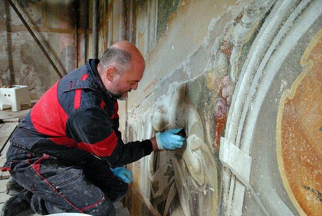 Restaurátoři Romana Balcarová a Peter Stirber obnovují cenné barokní fresky J. I. Sadlera v kapli meziříčského zámku Žerotínů.
