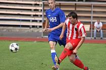 Fotbalisté Valašského Meziříčí B (modré dresy) doma vysoko prohráli s Podlesím (0:5).