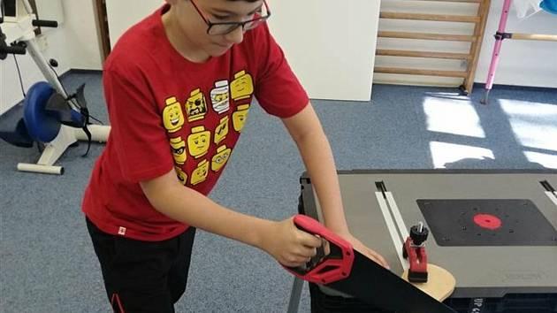 Děti ze základních škol Šafaříkova a Žerotínova využívají k praktickému vyučování speciální mobilní dílny, které lze složit do dvou kufrů.