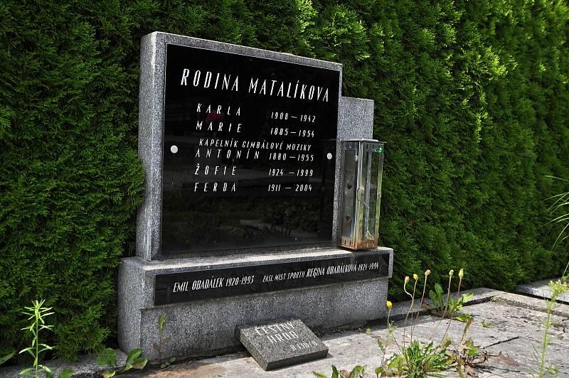 """Valašské Meziříčí - na meziříčském hřbitově se nachází bezmála šest desítek čestných hrobů osobností, jež se proslavily v různých oblastech života. Jeden z nich je známého valašského kapelníka """"strýca"""" Antonína Matalíka"""