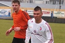 Fotbalista Viktor Vaculín (vlevo) při premiéře v dresu Fulneku.