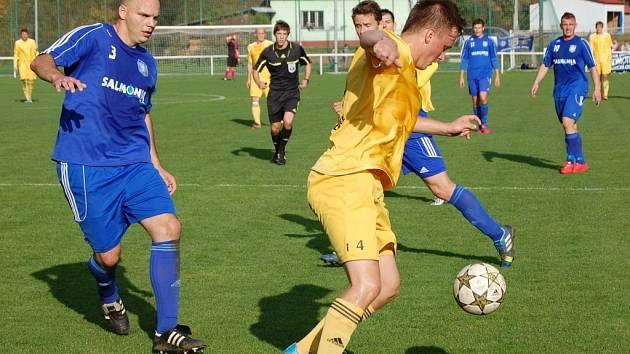 Fotbalisté Velkých Karlovic+Karolinky (žluté dresy) doma prohráli s Petrovicemi 0:4.