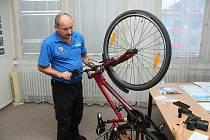 Vsetínští strážníci značí kola syntetickou DNA. Při tom popisují do evidence základní části kola včetně výrobního čísla. Na snímku Petr Žlebek.