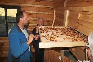 Novou sušírnu ovoce otevřeli koncem října 2019 ve Zděchově. První křížaly ochutnaly i děti z partnerské obce Jasenica. Provoz kontroloval odborník na sušení ovoce Oldřich Knebl (vlevo).