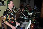 Lidé se baví při hudbě kapely Skart v Pohostinství Pepi v Oznici na tradičním mysliveckém plese pořádaném Mysliveckým sdružením Dlúhá húra Mikulůvka; Oznice, sobota 24. ledna 2015