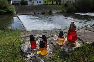 Pietní místo, které vzniklo u nebezpečného splavu zvaného Malý Hověžák na řece Vsetínské Bečvě v Hovězí, kde v pondělí 22. června 2020 utonuli dva vodáci.