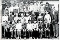Žáci 3. 4. ročníku s řídícím učitelem Zdeňkem Skýpalou v roce 1975.