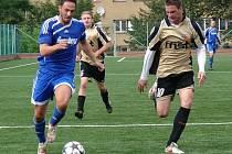 Fotbalisté Semetína (modré dresy) se zapotili, Valašskou Senici porazili těsně 1:0.