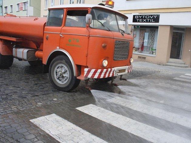 Vlny veder přinutilypracovníky Technických služeb Vsetín kropit městské silnice. Na fotce projíždí kropící vůz ulicí Hlásenka.
