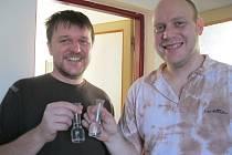 Dej Bůh štěstí, aby se pivo povedlo, připili si chlapi při vaření slivovicí. Díváte se, z čeho ji pijí? Z takzvaných zuzek ze Květné.
