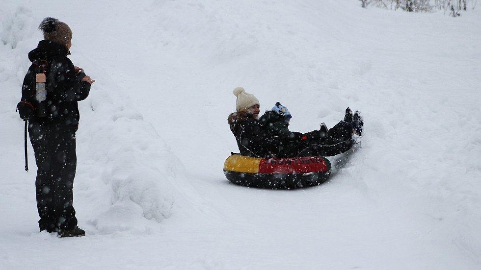 Děti si užívají zimních radovánek na snowtubingové dráze ve Ski areálu Razula ve Velkých Karlovicích.
