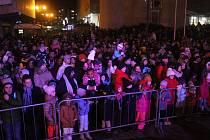 Vsetíňané se loučili s rokem 2019. Program zahájila bubenická show skupiny Wild Stick. Následoval pozdrav starosty města a ohňostroj.