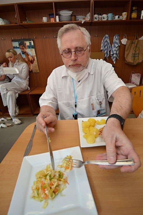 Poslední květnový den 2021 si zdravotníci ve vsetínském očkovacím centru pochutnali na obědě, který pro ně zdarma uvařil provozní vsetínské restaurace. Na snímku lékař Pavel Koňařík.