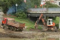 Pracovníci odstraňují z pravého břehu řeky Vsetínské Bečvy nánosy štěrku.