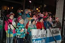 Několik stovek lidí přišlo vánoční koledy zpívat ve Vsetíně před Dům Kultury.