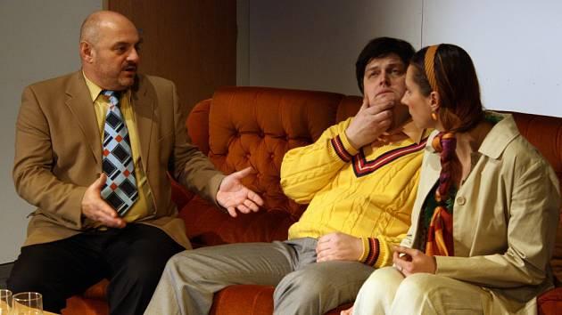 Vsetínští ochotníci vystoupí na soutěžní přehlídce s komedií Manželský poker. Ilustrační foto.