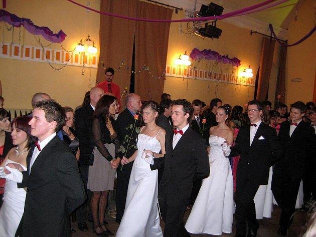 Rožnovské gymnázium představilo maturující studenty na plese s bohatým programem.