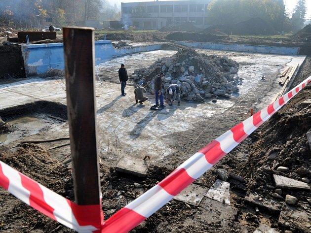 Dělníci pracují na rekonstrukce koupaliště u Střední průmyslové školy ve Vsetíně.