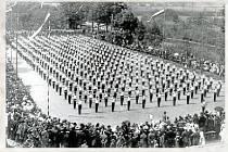 SOKOLI. Tělocvičná jednota Sokol byla ve městě založena již roku 1864. Veřejné cvičení sokolů na hřišti u sokolovny v roce 1934.