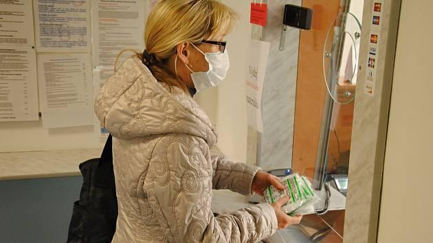 Kožní lékařka Jitka Macháčová si v neděli 22. března 2020 vyzvedává na radnici ve Valašském Meziříčí respirátory, které do obcí z rozšířenou působností poslal Zlínský kraj.