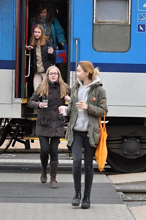 Skupina skautů ze Vsetína a Hovězí přivezla v neděli 16. prosince 2018 na vsetínské vlakové nádraží betlémské světlo.
