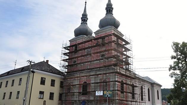 Poutní kostel Navštívení Panny Marie v Zašové prochází rekonstrukcí. Při výmalbě byly kostela byly při restaurátorském průzkumu na stěnách objeveny původní konsekrační kříže z let svěcení kostela – více než 270 let staré.