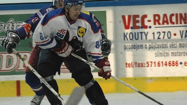 Daniel Tesařík (v bílém)
