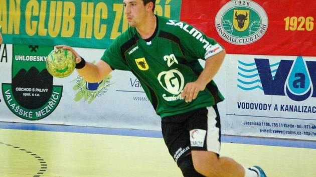 Házenkáři Zubří (zelené dresy) ve 4. kole TipGames extraligy porazili doma Lovosice 24:21. V zeleném domácí pivot Tomáš Bechný.