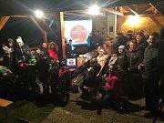 Ve farní zahradě v Kateřinicích se ve středu 13. prosince sešlo na sedmdesát zpěváků od nejmenších, přes rodiny, farní sbor až po důchodce