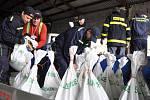 Dobrovolní hasiči z Krhové připravují naplněné pytle s pískem, které budou v obci sloužit jako protipovodňové zábrany; Krhová, pátek 16. května 2014.