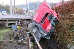 OBRAZEM: Kamion zůstal viset na Vsetínsku nad potokem