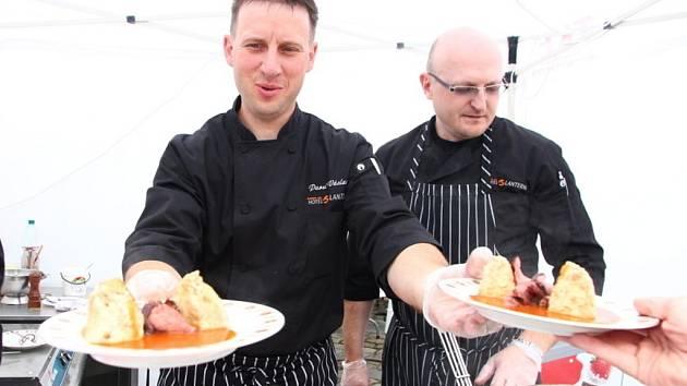 Šéfkuchař hotelu Lanterna ve Velkých Karlovicích Pavel Václavík vydává rajskou omáčku na Moravia Food Festivalu v Kroměříži, který se konal o víkendu 24. - 26. května 2013.