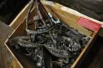Požárem zničené kovové prvky z interiéru Libušína, které jsou velmi cenné pro svou dokumentační hodnotu; Valašské muzeum v přírodě v Rožnově, Sušák, 1. patro, srpen 2020