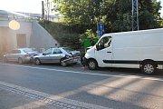 Za dopravní nehodou tří aut, která se stala v pondělí 16. července 2018 ve Valašském Meziříčí, stojí oslnění sluncem jednoho z řidičů.