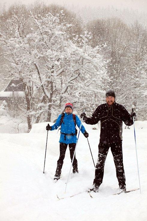 Zasněžené Velké Karlovice v lednu 2020. Běžkaři