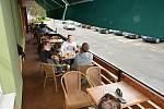 Vsetínské restaurace otevřely zahrádky. Posezení si užívali hosté v sídlišti Ohrada. V bílé mikině Tomáš Cibulka, bokem sedí Břetislav Černota.