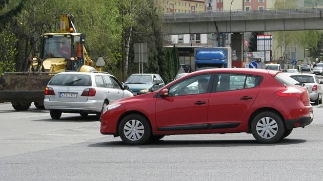 Řidiče ve Vsetíně dlouhodobě trápí výjezd ze sídliště Rybníky na výpadovku na Zlín a do centra města. Napravit to má nová sjezdová rampa a kruhový objezd.