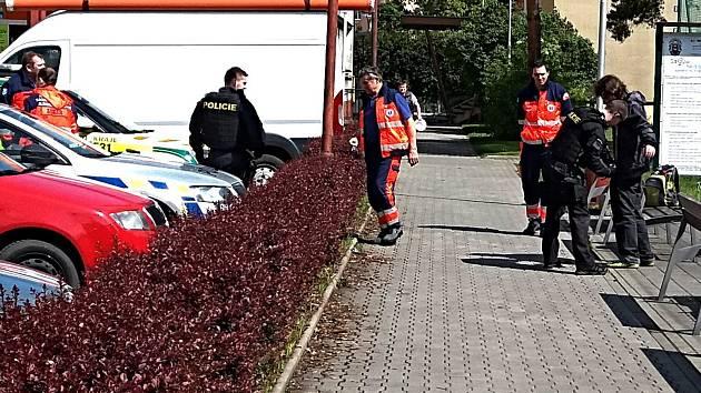 Policisté i záchranka zasahovali v pátek 17. května 2019 na sídlišti Trávníky. Opilý muž se tam oháněl maketou pistole.