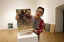 Kurátorka a historička umění Muzea regionu Valašsko Olga Méhešová připravuje výstavu matric Dušana Cendelína; leden 2020