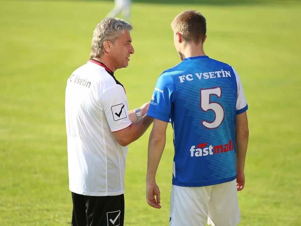 Hlavní trenér Vsetína Miroslav Mičega (nalevo) dává instrukce svému svěřenci.