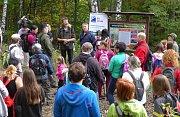 Více než sto dvacet účastníků dorazilo na slavnostní otevření nové naučné stezky na Vráblových pasekách v Lužné u Vsetína.