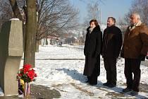 Zastupitelé Vsetína položili 27. ledna květiny k pomníku obětem holocaustu.