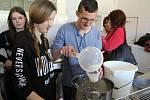 V rožnovské Střední škole zemědělské a přírodovědné se ve středu 10. května 2017 konal Seminář o regionální bioprodukci s podtitulem Zaostřeno na mléčné výrobky. Součástí programu byl také kurz farmáře a lektora Ivana Hrbka, který studenty učil, jak vyráb