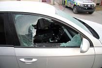 Rozbité okno Volkswagenu Passat, kterým v úterý 19. února 2019 neznámý zloděj ve Valašském Meziříčí kradl odloženou peněženku.