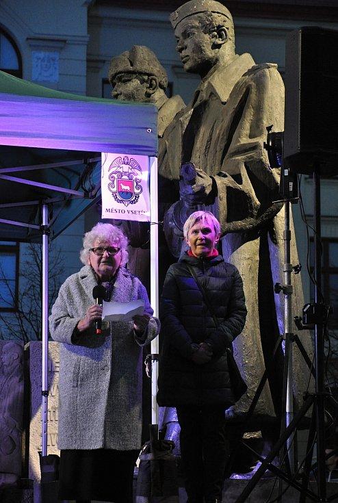Pamětnice listopadových událostí roku 1989 ve Vsetíně Eva Žárská (vlevo) a Jaroslava Kudlíková vystupují na náměstí Svobody ve Vsetíně na shromáždění u příležitosti 30. výročí sametové revoluce; neděle 17. listopadu 2019